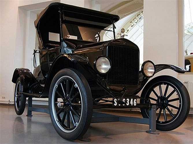 5. Ford Model T (3.895 USD). Mẫu xe này từng giữ kỉ lục về doanh số bán trong rất nhiều năm, với 15 triệu xe được tiêu thụ từ năm 1908 đến 1927. Chiếc xe này còn độc đáo ở chỗ chúng được sản xuất hàng loạt bằng sơn đen để giảm chi phí.
