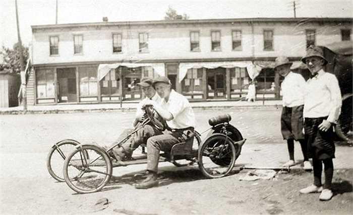 2. Banner Boy Buckboard (3.152 USD. Mẫu xe ra đời từ đầu thế kỷ trước tại Mỹ này có 2 chỗ ngồi, là xe di chuyển trong khuôn viên nhà máy, công xưởng hoặc các khu vui chơi rộng lớn.