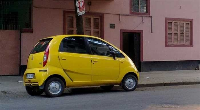 1. Tata Nano (2.598 USD). Mức giá này còn đưa chiếc xe lập kỷ lục xe rẻ nhất mọi thời đại, giúp Tata Nano luôn cháy hàng kể từ khi xuất xưởng. Thiết kế của Tata Nano khá thuyết phục người tiêu dùng bởi hình dáng cũng nhỏ xinh, phù hợp với đô thị.
