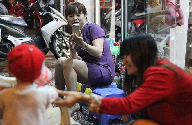 Một số khách thì mang bánh kẹo, sữa, đồ chơi, quần áo đến tặng cho bé Thanh Tuấn.