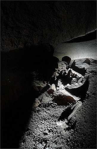 Ở cuối hang, có ít nhất 14 bộ xương người - những nạn nhân được người Maya hiến tế cho thần linh của họ. Từ em bé mới 1 tuổi tới người khoảng 45 tuổi, họ đều bị giết bởi những vết thương ở đầu, một số có hộp sọ vỡ nát.