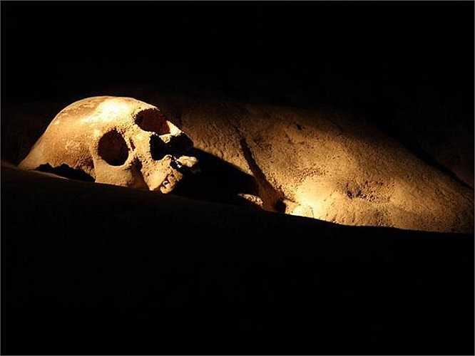 Nổi tiếng nhất trong số những bộ xương này là của một cô gái 18 tuổi được gọi bằng cái tên The Crystal Maiden (Trinh nữ pha lê). Nằm tách biệt ở một phòng riêng so với các thi thể khác, cô gái được cho là đã bị giết một cách man rợ với 2 đốt sống cổ gãy vụn.