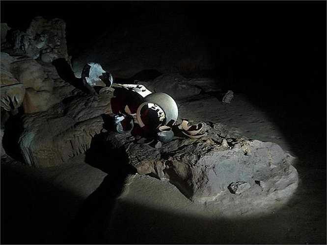 Trong hang, người ta còn phát hiện thấy nhiều đồ gốm và các dụng cụ hiến tế. Trong hai thập kỷ qua, các nhà khảo cổ học đã khai quật được 1.400 mảnh vỡ có niên đại từ năm 250 đến năm 909 sau Công nguyên.
