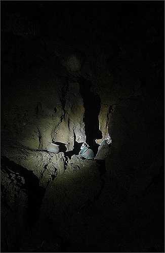 Trong số các cổ vật có những chiếc bát được đục lỗ chết chóc - có thể được dùng để hứng máu từ nạn nhân hiến tế hoặc cho phép một linh hồn siêu thoát.