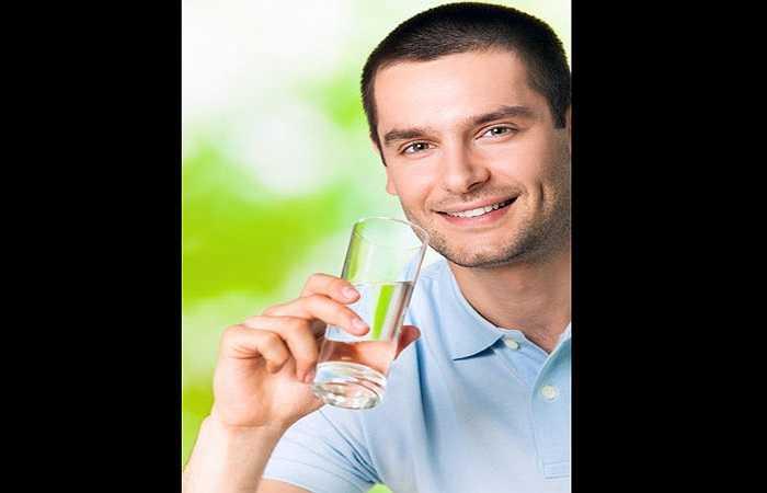 Bạn phải uống nhiều nước để tăng lượng nước tiểu chứa trong bàng quang, thông qua quá trình bài tiết nước tiểu để rửa đường tiết niệu và đẩy vi khuẩn ra bên ngoài.