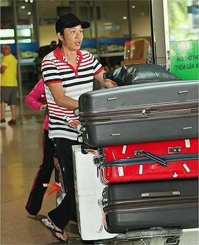 Hoài Linh là nghệ sỹ được lòng nhiều fan hâm mộ nhờ phong thái giản dị. Ở phía hậu trường hay khi di chuyển trong các chuyến lưu diễn gần xa, MC của chương trình The Winner Is luôn tự tin diện đôi dép lào quen thuộc.