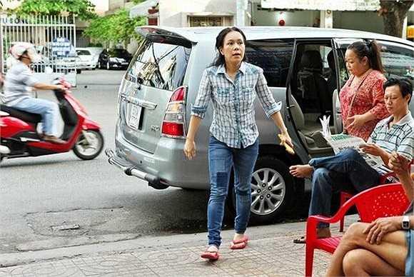 Hình ảnh giản dị của danh hài Việt Hương khi cô mang 500 ổ bánh mì tới chia sẻ cùng các bệnh nhân đang điều trị tại bệnh viện Ung bướu TP.HCM.