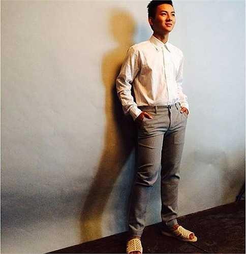 Hoài Lâm - quán quân Gương mặt thân quen - từng khiến các fan phát sốt khi đăng ảnh ăn vận bảnh bảo nhưng đi dép 'tổ ong'.