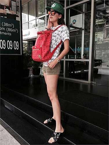 Mai Phương Thúy tự tin với đôi dép lê dạo phố. Không cần sự hỗ trợ của những đôi giày cao gót, cựu Hoa hậu vẫn khiến người xung quanh ngước nhìn vì chiều cao ấn tượng của mình.