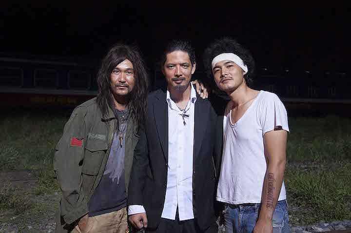 Ngoài tham gia diễn xuất, Quách Ngọc Ngoan còn là người thể hiện ca khúc mở đầu 'Như chiếc que diêm' trong phim. Anh chụp hình kỷ niệm cùng Bình Minh và Đàm Vĩnh Hưng.  (Trung Ngạn)