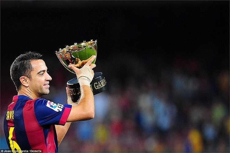 Xavi nâng cao danh hiệu vô địch