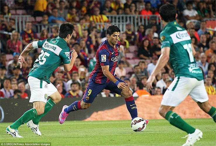 Bất chấp việc sẽ phải nghỉ thi đấu dài hạn, Suarez vẫn kiên trì tập luyện, giữ phong độ