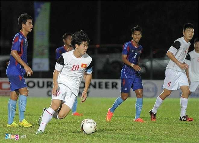 Những phút tiếp theo của hiệp 1 thế trận hoàn toàn thuộc về U19 Việt Nam. Với tâm lý thoải mái, bộ ba Xuân Trường, Công Phượng, Tuấn Anh khiến tuyến giữa của Campuchia phải vất vả để theo bóng.