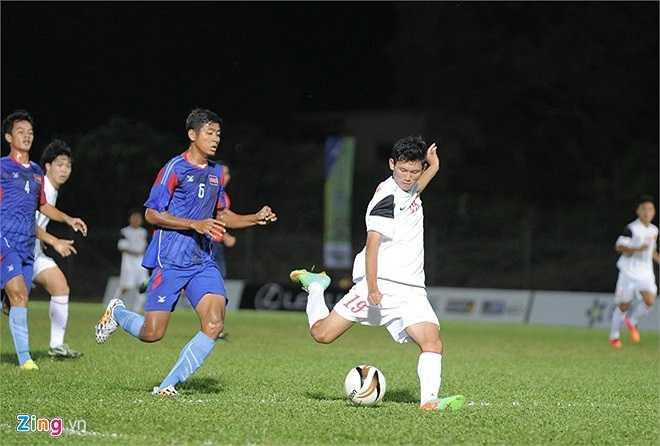 Mải mê tấn công, hàng phòng ngự Campuchia nhiều lần khiến thủ môn Um Vichet phải trổ tài cứu thua. Phút 82, Văn Long có cú sút chéo góc hạ gục thủ môn U21 Campuchia, nâng tỷ số lên 3-0 cho U19 Việt Nam.