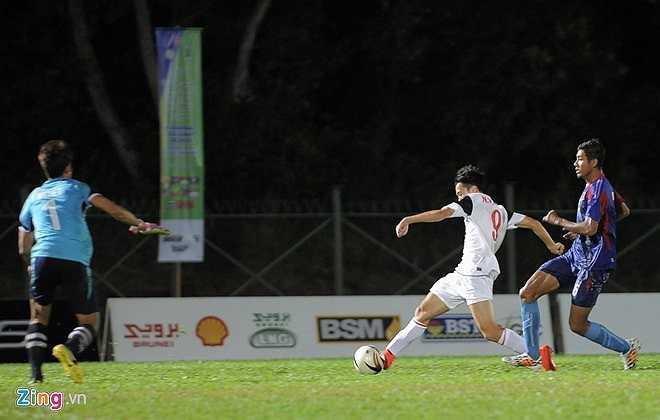 Tuy nhiên từ đường chuyền như dọn cỗ của đồng đội, Văn Toàn đưa bóng lệch góc xa khung thành trong gang tấc, bỏ lỡ đáng tiếc cơ hội nâng tỷ số lên 4-0 cho U19 Việt Nam.