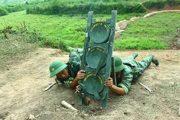 Giá mìn Định hướng DH10, phá hủy hàng rào của địch