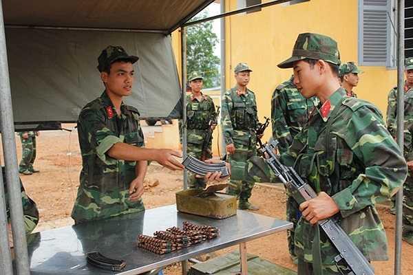 Trên thao trường huấn luyện của Trung đoàn bộ binh 141 (Sư đoàn 3), chúng tôi được chứng kiến không khí luyện tập khẩn trương của các VĐV chuẩn bị tranh tài trong Hội thi bắn súng hỏa lực của Quân khu 1.