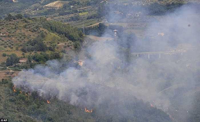 Hiện trường khói nghi ngút tại nơi máy bay va chạm