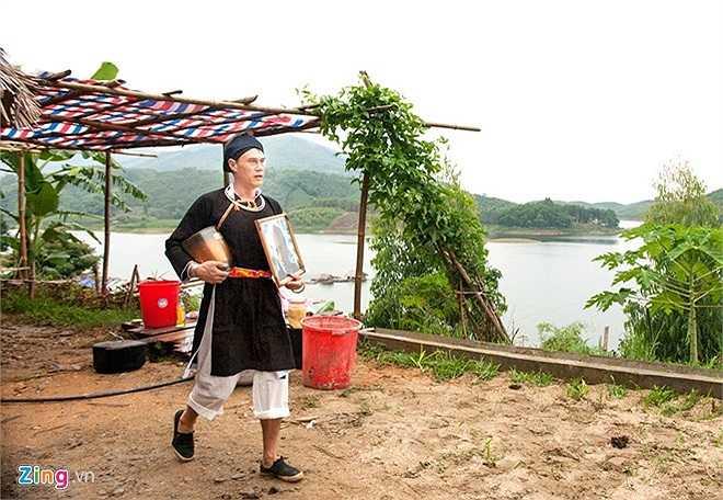 Chú rể Tiberghien Frédo (tên Việt Nam là Bình), có quốc tịch Pháp, trong ngày tổ chức lễ cưới. Anh mặc trang phục người Dao và chuẩn bị tiến hành nghi lễ cưới theo phong tục dân tộc.