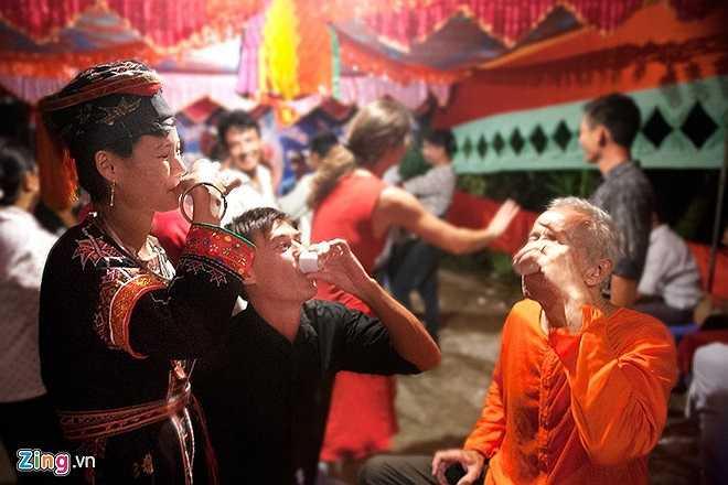 Lễ cưới truyền thống được diễn ra trong 3 ngày 2 đêm. Trước khi tổ chức cả nhà trai và nhà gái đã phải chuẩn bị lương thực, thực phẩm, đồ lễ và ông Mờ, bà Mờ…