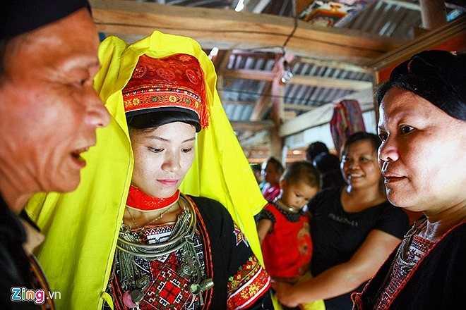 Cô dâu Lý Kiều Xuân, mới 24 tuổi. Ở bản cô được coi là lấy chồng muộn. Người phụ nữ Dao này từng tốt nghiệp Cao đẳng Du lịch, trong quá trình làm việc về ngành đã quen và yêu anh chàng người Pháp hơn mình hai giáp.