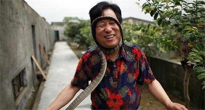 Một người nuôi rắn ở làng Tử Tứ Kiều, Chiết Giang, Trung Quốc