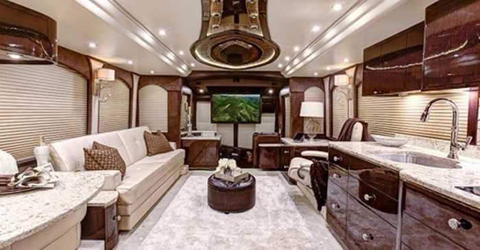 Với lợi thế không gian rộng lớn, các kỹ sư của hãng Millennium Luxury Coach chuyển thành ngôi nhà di động thực sự xa xỉ và hiện đại, nội thất tiện nghi cao cấp như cung điện hoàng gia.