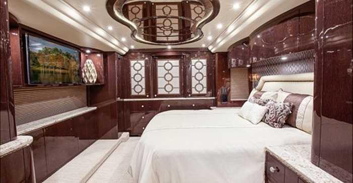 Phòng ngủ cũng là nơi được đặc biệt chăm chút, để việc nghỉ ngơi trên cỗ xe lớn như thế này không khác gì ở nhà.