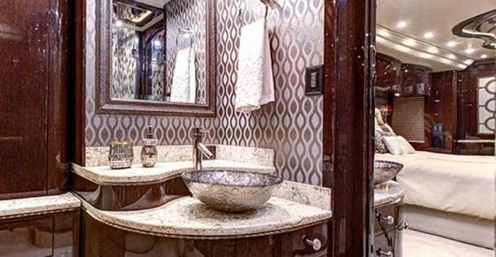 Các phòng chức năng khác như bếp, vệ sinh được bài trí vừa đảm bảo tiện ích tối đa, đồng thời vẫn toát lên sự lịch lãm đến từng chi tiết.