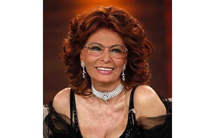 1. Khi đã 80 tuổi có lẽ nhiều người đã toại nguyện với thiên chức làm bà, quanh quẩn bên cháu con còn Sophia Loren vẫn khiến người ta bị mê hoặc bởi thân hình nóng bỏng.