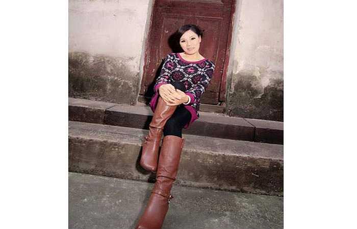 6. Những hình ảnh của một phụ nữ chụp cùng ba cô con gái gây xôn xao trên các diễn đàn mạng ở thành phố Tô Châu, tỉnh Giang Tô, Trung Quốc, bởi ai cũng nghĩ người phụ nữ họ Mã này là chị hoặc dì của ba cô gái trẻ. Không ai tin bà sinh năm 1952, nếu tính cả tuổi ta là 63.
