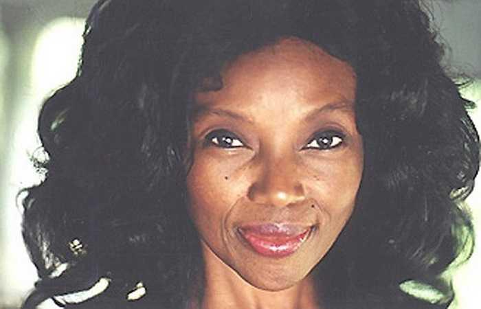 4. Bà Annette Larkins sống ở Florida, Mỹ mặc dù đã 70 tuổi nhưng lại sở hữu một gương mặt vô cùng trẻ trung như 30, 40 tuổi. Thậm chí nhiều người còn tưởng bà là con gái của... chồng mình.