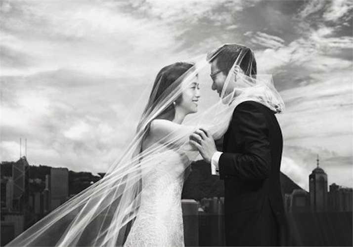 Những hình ảnh đầu tiên trong bộ ảnh cưới của Thang Duy và đạo diễn 'Thu muộn' Kim Tae Yong  vừa được hé lộ trên Weibo kèm theo những lời tuyên bố với các fan về lễ cưới của cả hai đã thu hút sự chú ý của những người hâm mộ.