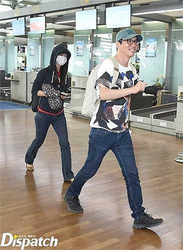 Tại sân bay, khi được phóng viên phỏng vấn, vị đạo diễn của 'Thu muộn' nhiệt tình trả lời với vẻ mặt hạnh phúc.