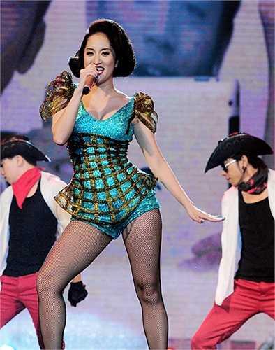 Khánh Thi với thế mạnh của một nữ hoàng dance sport cũng đã mang những màn vũ đạo nóng bỏng lên sân khấu ca nhạc.