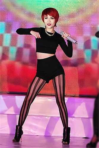 Lợi thế nhảy múa cũng giúp cô nàng có được những phần trình diễn quyến rũ trên sân khấu.