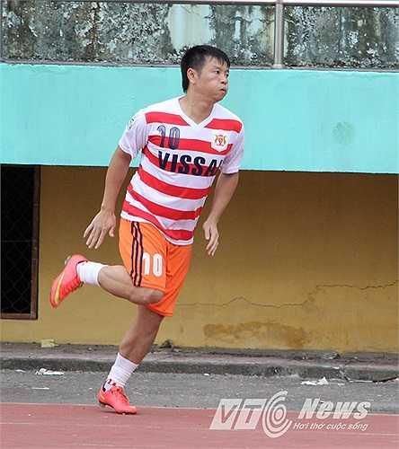 Văn Quyến khởi động bên ngoài sân sau khi V.Ninh Bình bị đối thủ dẫn trước 1-0.