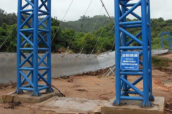 Cầu treo Sam Lang bị lũ kéo sập hôm 22/7, sau hơn hai tháng khánh thành. Đang là mùa bão lũ ở các huyện vùng núi Tây Bắc, cầu sập khiến đường vào các xã, bản càng khó khăn.