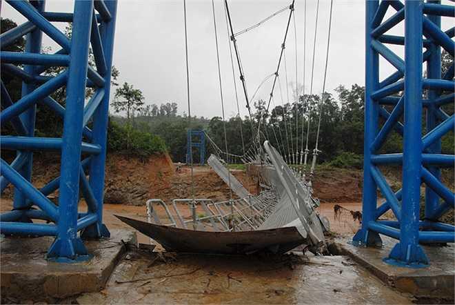 Hai đầu trụ móng vẫn đứng vững, riêng phần bụng cầu, cáp neo phía dưới, nhiều tấm thép trên mặt cầu đã bị nước lũ cuốn trôi và bị đứt gãy.