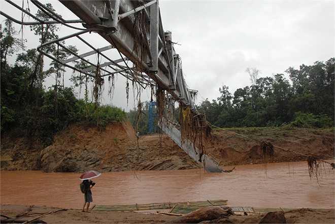 Cây cầu được bắc qua sông Nậm Pồ có đoạn rộng 80 mét - nơi nổi tiếng sau khi xuất hiện video ghi cảnh nhiều trẻ phải chui vào túi nylon để vượt sông đến trường.