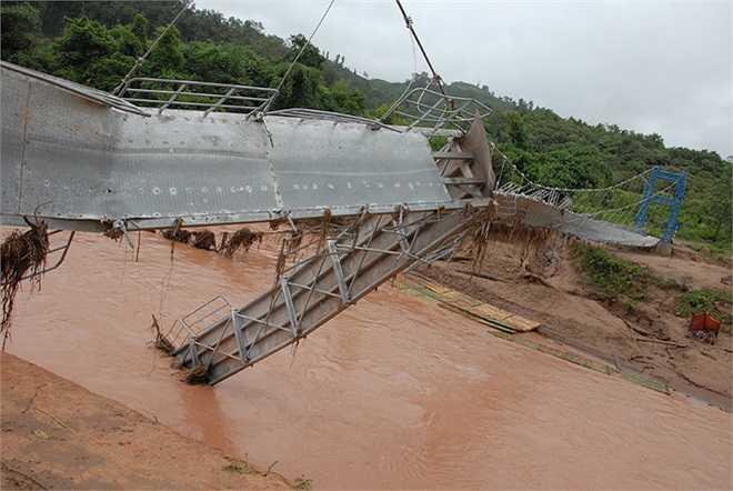 Cây cầu treo bắc qua suối Nậm Pồ dài 100 m, rộng 1,5 m, tải trọng 30 tấn với tổng mức đầu tư 3,5 tỷ đồng, được áp dụng công nghệ chịu lực hiện đại nhưng không chịu nổi sức tàn phá của dòng nước lũ.
