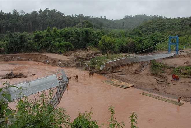 Cầu Sam Lang gãy sập chưa được sửa chữa, người dân phải dựng tạm một cây cầu gỗ cách đó 200 m để lấy đường về trung tâm xã Nà Hỳ. Tuy nhiên, cây cầu gỗ cũng không hữu dụng.