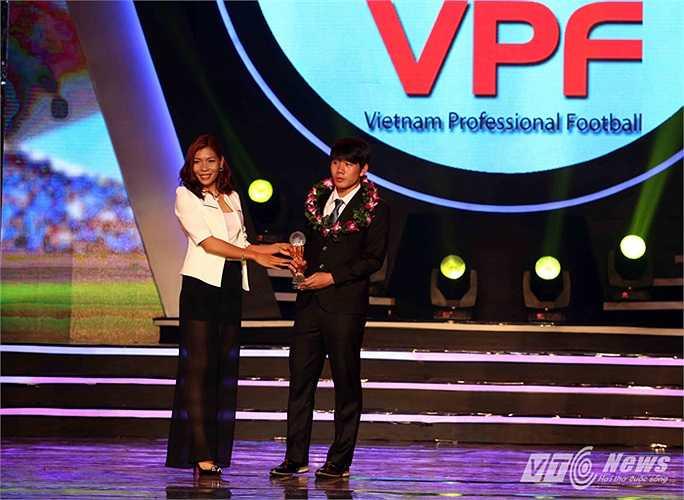Tiền vệ Trần Minh Vương, nhận danh hiệu cầu thủ trẻ xuất sắc chỉ sau 1 mùa lên đá V-League. Đây là tiền đề để bầu Đức tung lứa U19 ra sân chơi quốc nội.