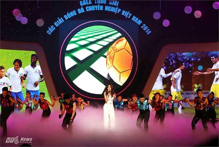 Trước đó, Gala trao giải mùa giải 2014 đã bắt đầu với những màn nghệ thuật.
