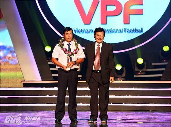 HLV Nguyễn Thanh Sơn của B.Bình Dương nhận danh hiệu HLV xuất sắc nhất giải.