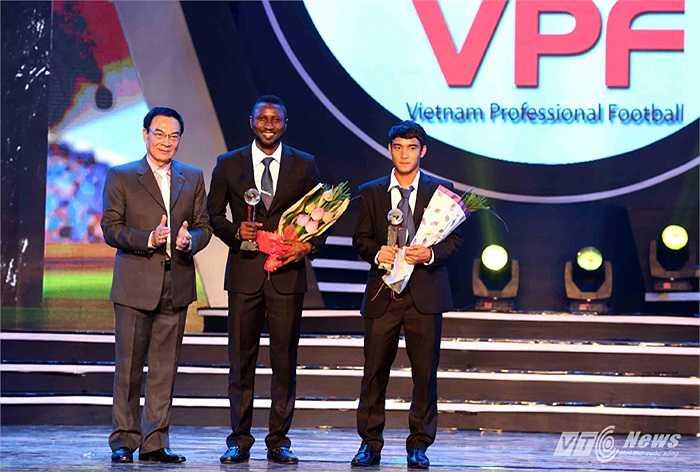 Tiền đạo Hoàng Vũ Samson (giữa) của Hà Nội T&T nhận danh hiệu Vua phá lưới.