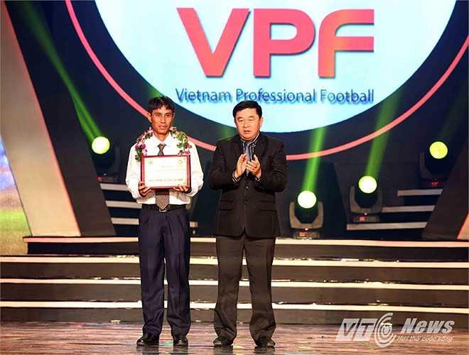 Trợ lý Phạm Mạnh Long nhận danh hiệu 'Cờ Vàng'.