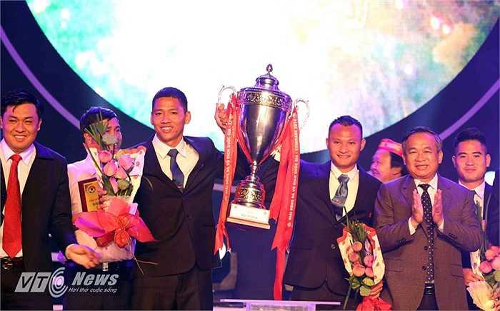 Anh Đức và Trọng Hoàng là 2 cầu thủ nâng Cup vô địch tại Gala.
