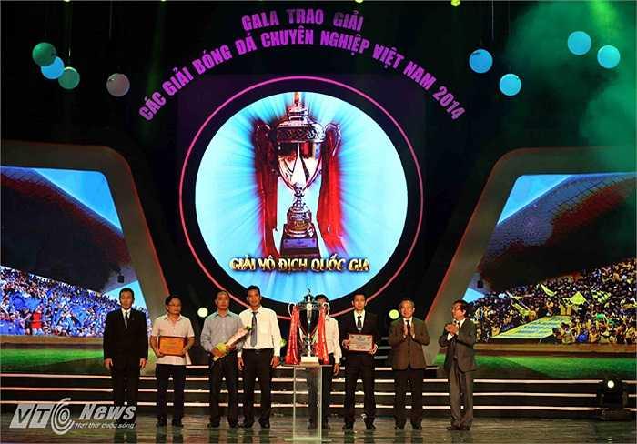 Đại diện CLB Hà Nội T&T và Thanh Hóa nhận giải Nhì và Ba.