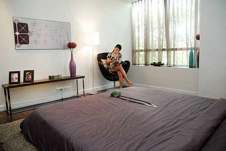 Ngôi nhà của Cẩm Ly được thiết kế hợp lý với nhiều không gian chức năng khác nhau như: quầy bar mini, góc dành cho trang phục, đọc sách, thư giãn,…